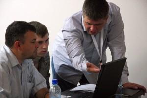 Денис Архипов помогает своей группе